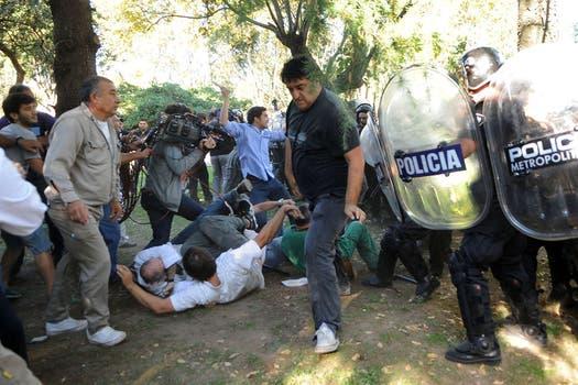 Graves incidentes en el Borda, la policia se enfrentó con los trabajadores del hospital y varios periodistas fueron heridos con balas de goma. Foto: Télam