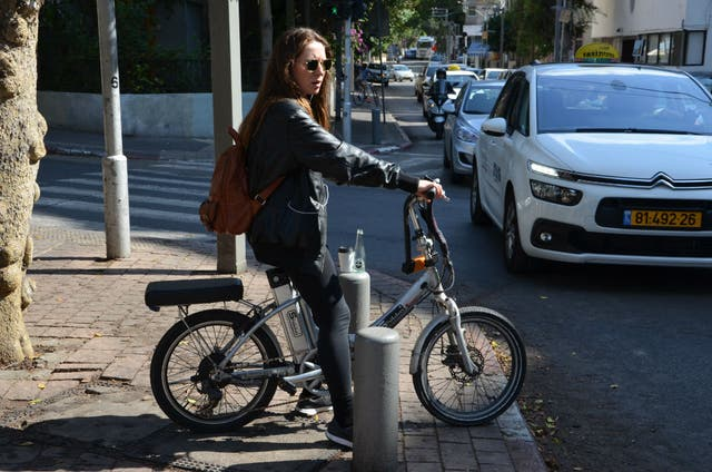 Autos y bicis eléctricas ya son parte del paisaje urbano de Israel