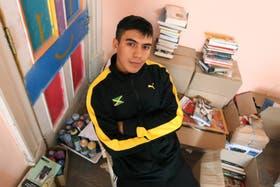 Camilo Blajaquis, entre sus libros y poemas