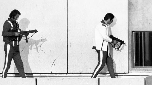 Los terroristas caminando por el edificio.