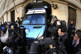 La camioneta de traslados penitenciarios, con Mangeri a bordo, ingresa ayer en los Tribunales