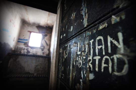 """""""Libertad"""", uno de los mensajes que se leen en las puertas de las celdas. Foto: lanacion.com / Martina Matzkin"""