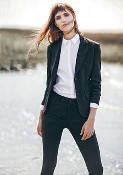 Blazer a rayas ($ 3490, Divina), pantalón ($ 1990, Divina), camisa de poplín ($ 1390, Portsaid) . Foto: Ana Fanelli