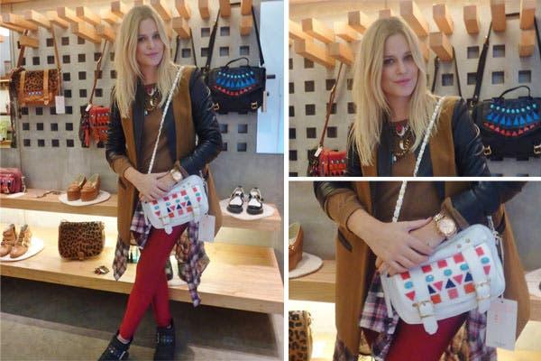 Jenny Williams estuvo en Olivettas ¡y se probó una carterita muy canchera para completar su atuendo! ¿Qué te parece? Atención a la camisa anudada a la cintura. Foto: Oui PR