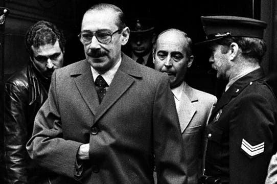 El 19 de junio de 1985 Videla sale de declarar en la físcalía. Foto: Archivo