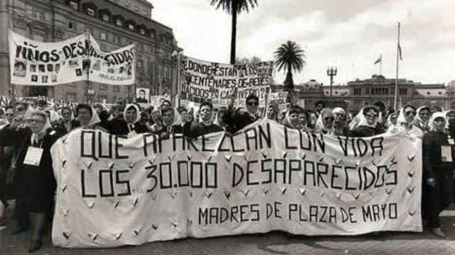 Las madres y abuelas de Plaza de Mayo en una de sus reiteradas protestas