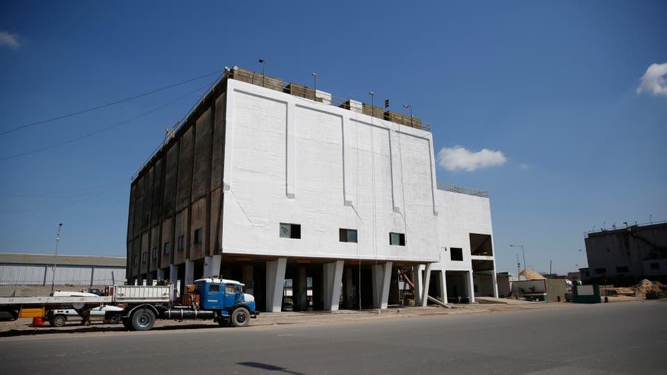 Unos de los silos que ya fue hidrolavado y blanquedado. Foto: LA NACION / Silvana Colombo