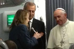 La periodista de LA NACION, Elisabetta Piqué, le hace una pregunta al Papa durante el vuelo
