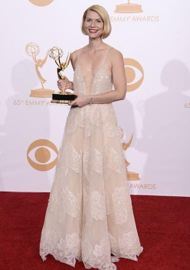 Claire Danes, ganadora del Emmy a la mejor actriz dramática, fue una de las mejores vestidas con un look nude by Atelier Versace. Foto: AP/EFE/Reuters