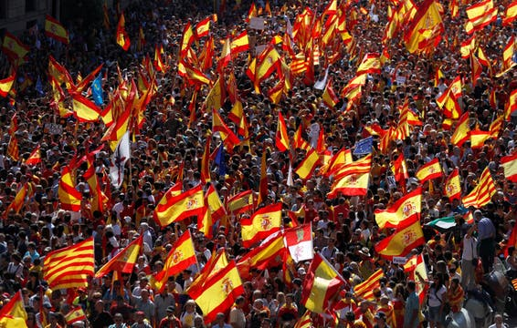 Una multitud marchó en Barcelona contra la independencia de Cataluña.