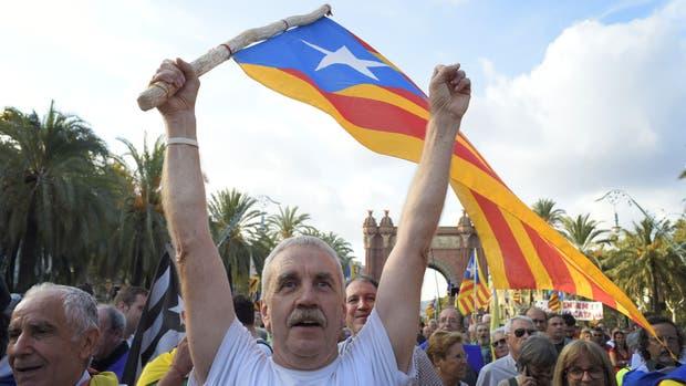 Presionan Puigdemont a proclamar la independencia — Cataluña