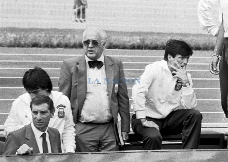 Daniel Passarella en los momentos antes del comienzo del partido; Bilardo contó que Passarella ensayó una hora y media antes del partido, pero no pudo jugar. Foto: LA NACION / Antonio Montano