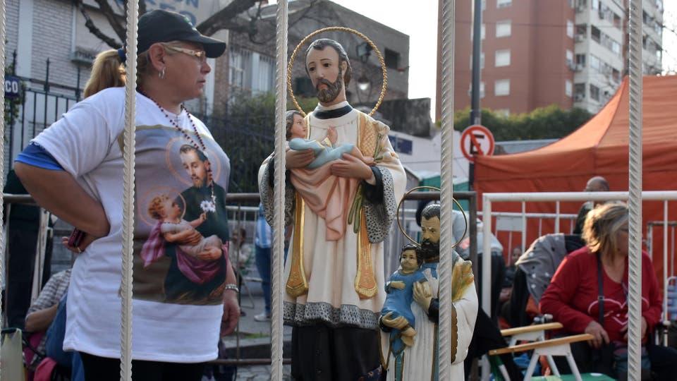 Los devotos de San cayetano en la puerta de la iglesia. Foto: DyN