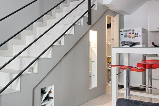 Se nota la progresión de altura (40cm en el escalón inferior y 1,95m en el escalón superior), lo que permite crear nichos varios para objetos distintos. El mueble culmina en una despensa con estantes de melamina..