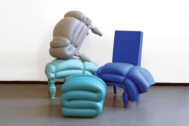 Madam Rubens, de Frank Willems: materializado a partir de colchones desechados y atados a bancos, mesas o sillas, que luego se cubren con espuma impermeable y se pintan.