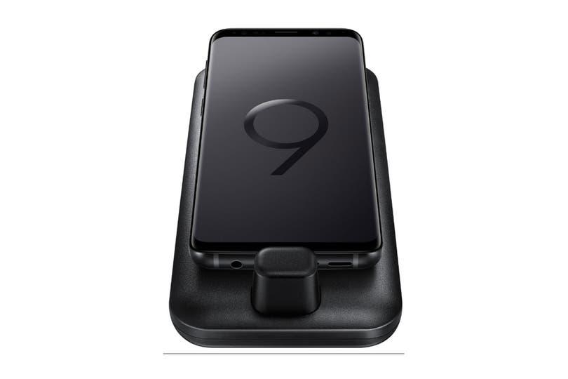 Así se ve el nuevo teléfono de la compañía surcoreana con el DeX Pad, una base que transforma al equipo en una computadora de escritorio