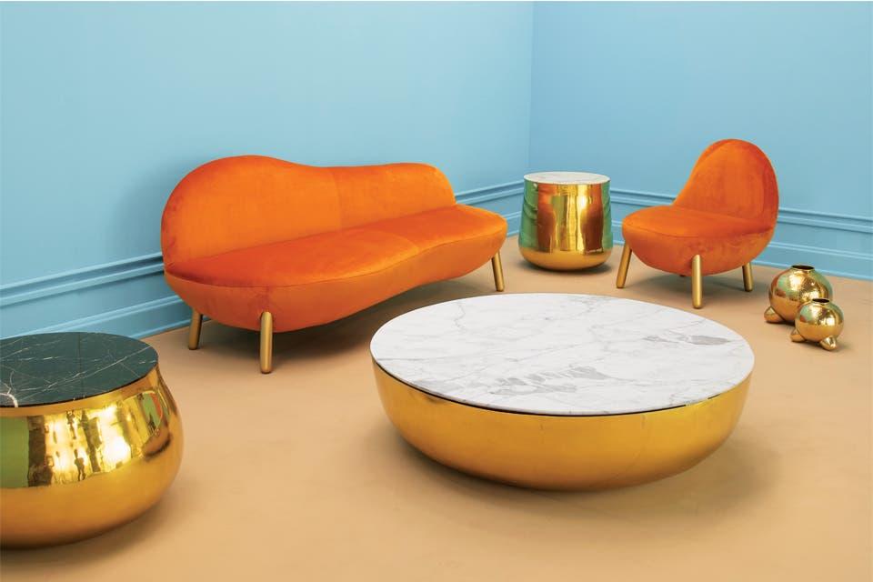Blandos como nubes, los sillones 'Cirrus'; mesas 'Terra' con tapa de mármol y bases de bronce martelinado que evocan los maktas indios en los que se transporta agua. Todo de la firma de diseño india Scarlet Splendour.
