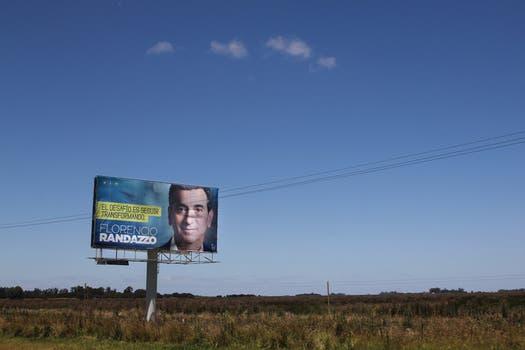 El ministro del Interior y Transporte, Florencio Randazzo, también llenó los costados de la ruta 2 con carteles. Foto: LA NACION / Matías Aimar