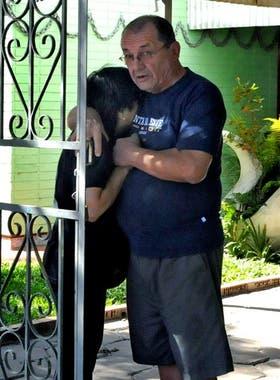 Alfredo Kolodziey, padre de Tatiana, junto a un familiar