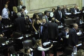 Al retirarse, los diputados de la oposición intercambiaron gritos con Larroque
