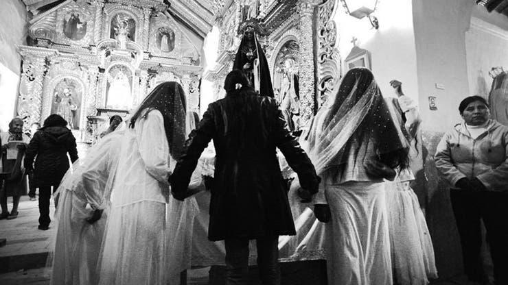 Con la tarde, bajan grupos de mujeres que se abren paso entre la gente y entran cantando a la iglesia