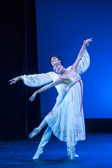 Jóvenes y enamorados, en una interpretación lograda de Romeo y Julieta por la pareja del Stuttgart: Hyo-Jung Kang y Ciro Mansilla