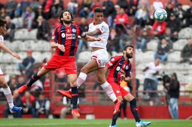Lucas Barrios que recibió un gran centro de Rodrigo Gómez para abrir el marcador de cabeza y establecer el 1 a 0