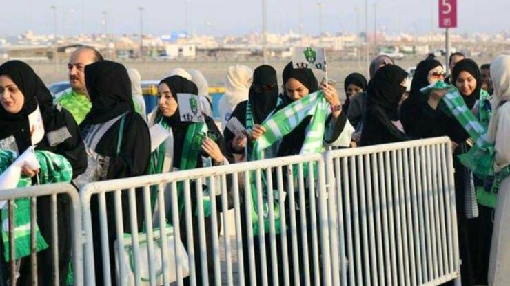 Mujeres con bufandas verdes y blancas de Al-Ahli