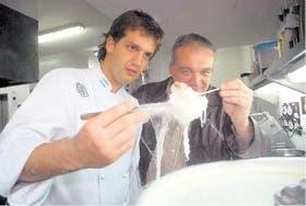 Damián De Lorenzi junto a su padre, Néstor, preparando uno de los platos,