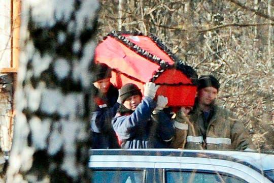 Los restos de las víctimas del accidente de avión de Smolensk empiezan a ser trasladados a Moscú para su identificación. Foto: EFE