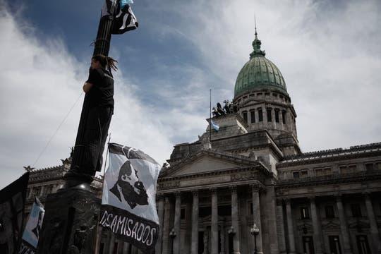 La bandera a media asta flameó en el Congreso desde la mañana. Foto: LA NACION / Hernán Zenteno