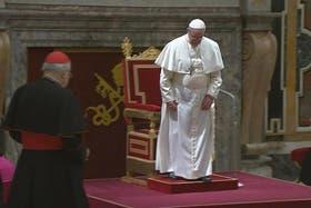 El papa Francisco en la sala Clementina, justo antes de tropezarse