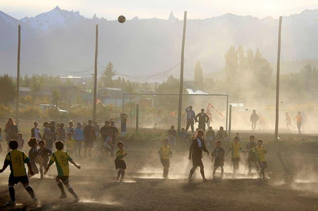 """Claudio Ñancufil, a quien apodaron """"el Messi de la nieve"""", se destaca en Bariloche por su habilidad con la pelota.  Foto:LA NACION /Alfredo Leiva"""