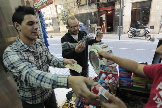 El acto cotidiano de comprar cigarrillos, si se aprueba el proyecto, se trasladará de la Capital al conurbano