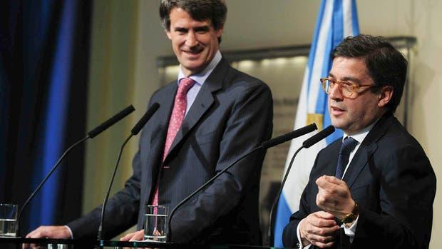 Prat-Gay y Moreno, ayer, al anunciar el préstamo