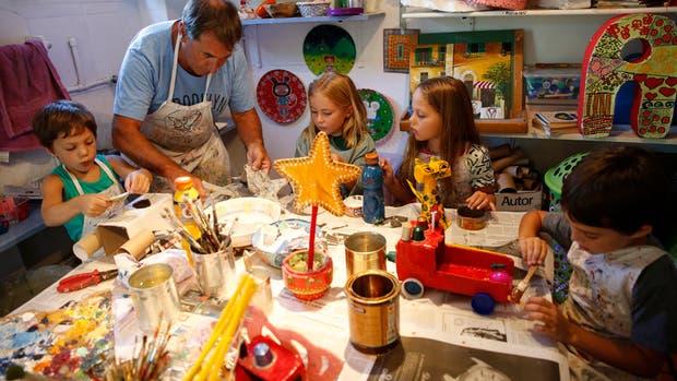 Un grupo de chicos hace manualidades en el taller Dones, en La Horqueta