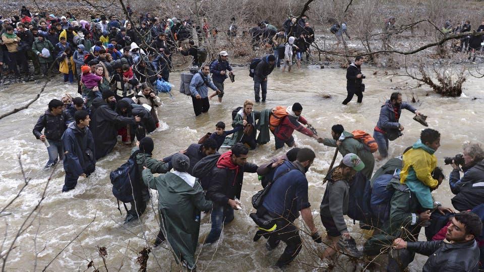 Por lo menos tres personas murieron en el cruce de las correntosas aguas del río Suva Reka, dos hombres y una mujer afganos. Foto: EFE