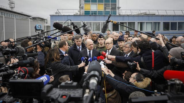 Los ministros franceses de Interior, Bruno le Roux, y de Defensa, Jean-Yves le Drian, fueron los encargados de hablar con la prensa en el aeropuerto