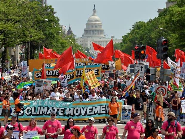 Miles de manifestantes, ayer, en Washington en contra del cambio climático