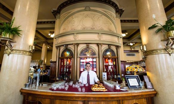 El café Las Violetas fue fundado en 1884 y conserva los rasgos arquitectónicos de la época. Foto: LA NACION / Ignacio Sánchez