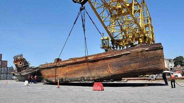 Uno de los barcos rescatados por Prefectura