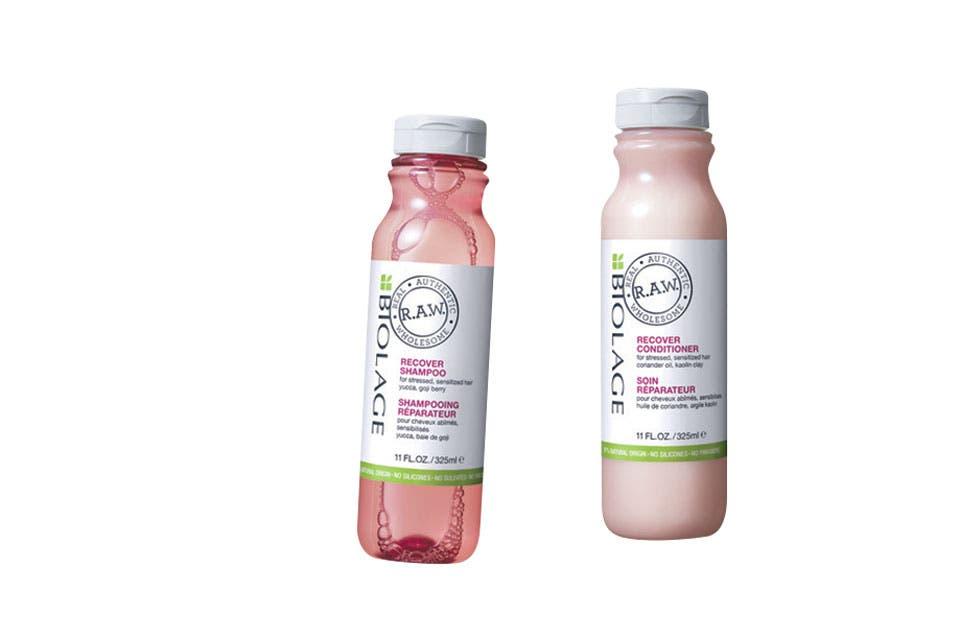 Champú y crema con ingredientes 100% biodegradables (Biolage R.A.W., $490 c/u).