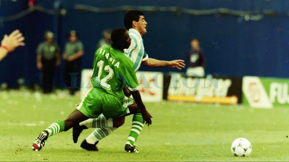 25-6-1994: deja en el camino a Siasia, el autor del gol nigeriano.. Foto: LA NACION / Francisco Pizarro