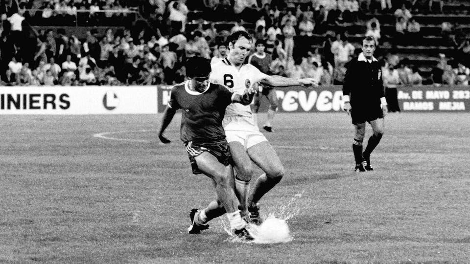 21-3-1980: cuerpo a cuerpo contra Franz Beckenbauer en un amistoso contra Cosmos, en Vélez. Foto: LA NACION