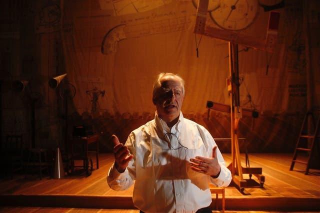 El artista muestra el montaje de la obra que cerrará mañana la BP17 en el Coliseo