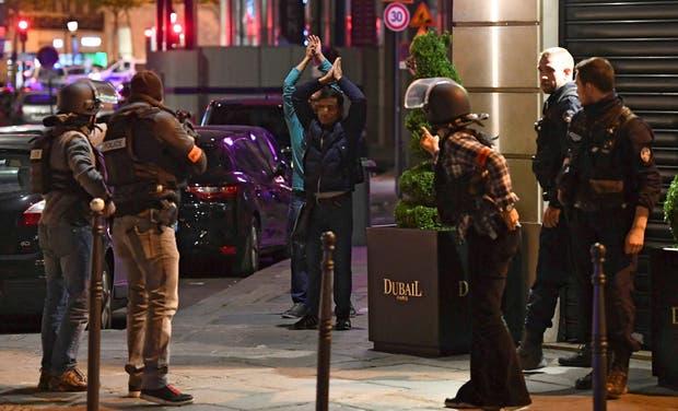 Las fuerzas policiales francesas, ayer, en pleno operativo de seguridad en los Campos Elíseos