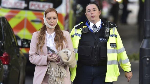 Una mujer es asistida tras resultar herida en la explosión en el subte de Londres
