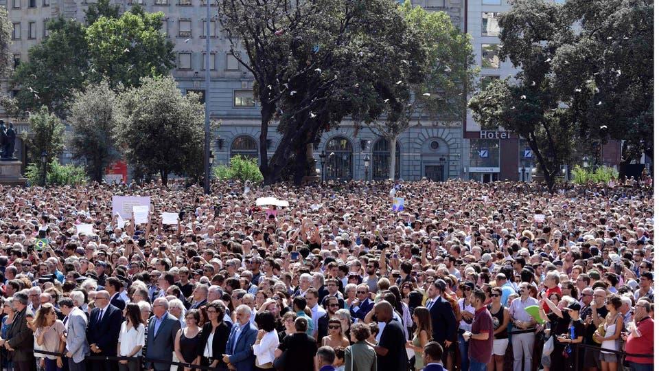 Miles de personas homenajean a las víctimas del atentado que dejó como saldo 14 muertos y alrededor de cien heridos . Foto: AFP / Javier Soriano