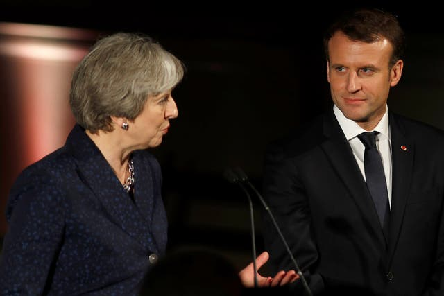 May recibió a Macron en Inglaterra y acordaron una nueva estrategia de control de fronteras