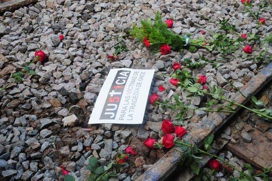 Escenas de profundo dolor en el homenaje a las víctimas de la tragedia de Once. Foto: DyN